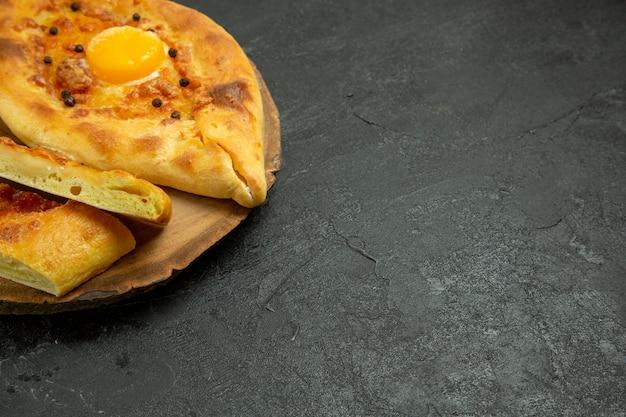 Delicioso pão com ovo assado em um espaço cinza