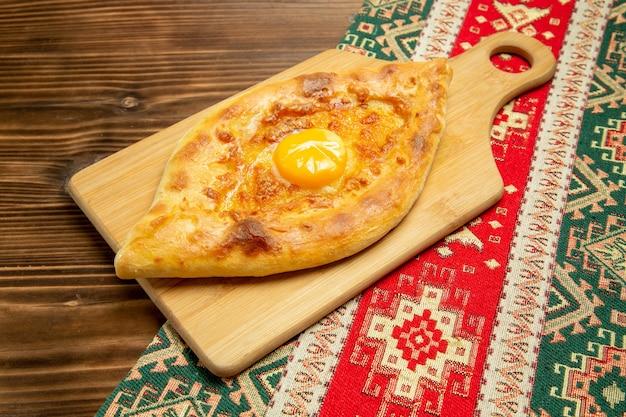 Delicioso pão com ovo cozido em mesa de madeira marrom