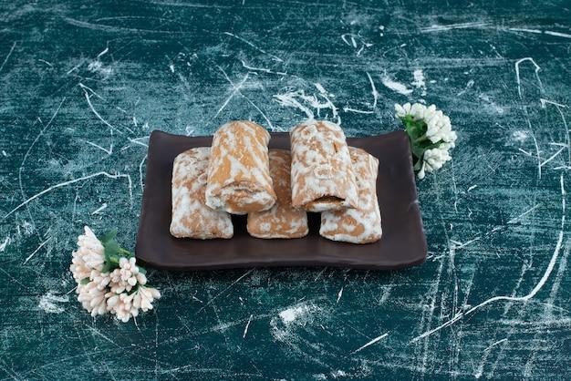 Delicioso pão de mel com flores secas em um fundo colorido. foto de alta qualidade