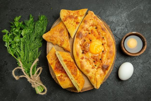 Delicioso pão de ovo cozido com verduras em um espaço cinza