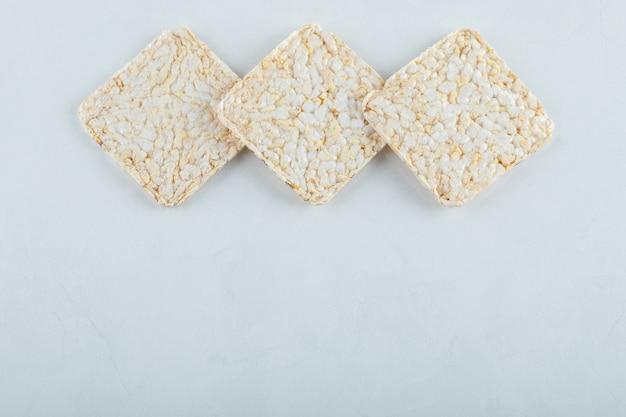 Delicioso pão estaladiço e arejado em branco.