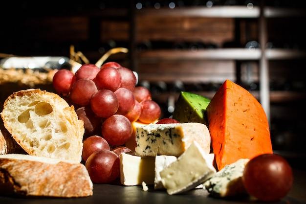 Delicioso pão fresco assado no prato com queijo