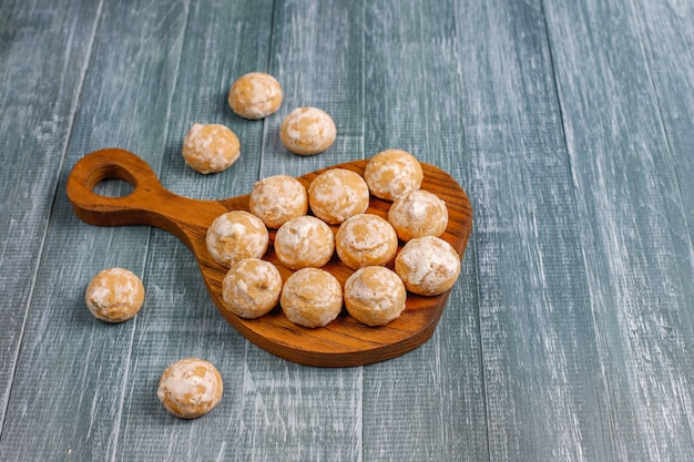 Delicioso pão russo tradicional com maçã, vista superior