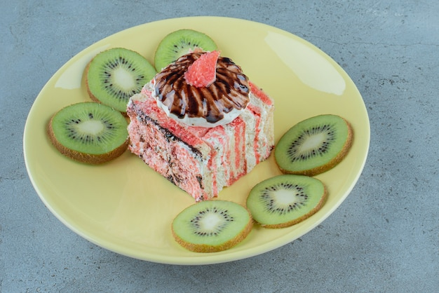 Delicioso pedaço de bolo com fatias de kiwi.