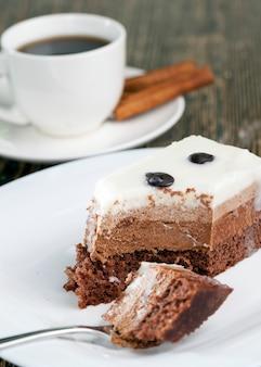 Delicioso pedaço de bolo em que cada camada com cor e sabor próprios, gosto de bolo de chocolate