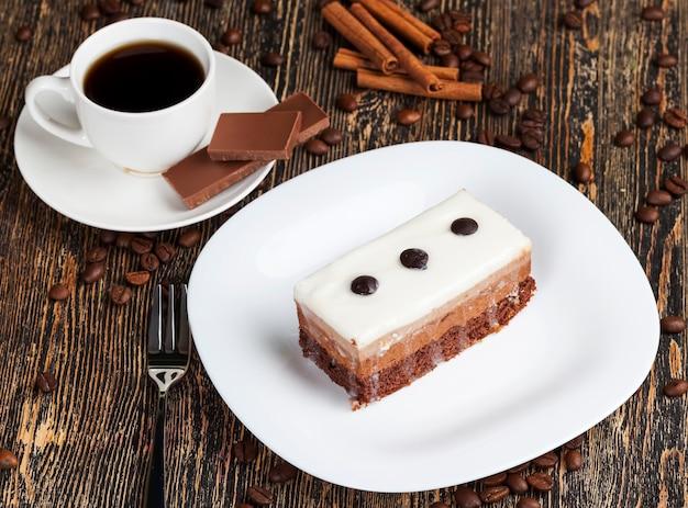 Delicioso pedaço de bolo em que cada camada com cor e sabor próprios, sabor bolo de chocolate, bolo multicamadas para sobremesa Foto Premium