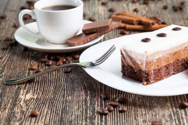 Delicioso pedaço de bolo em que cada camada com cor e sabor próprios, sabor bolo de chocolate, bolo multicamadas para sobremesa