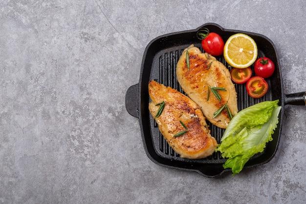 Delicioso peito de frango frito e salada de legumes