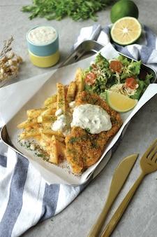 Delicioso peixe com salada