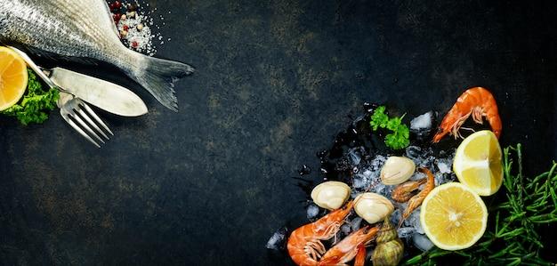 Delicioso peixe fresco com camarões e limões