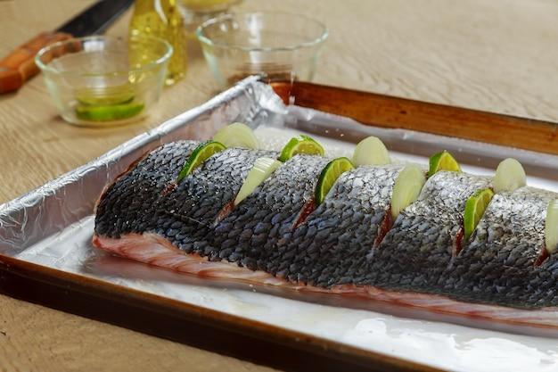 Delicioso peixe marinado com limão e prato de cebola no forno