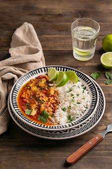 Delicioso prato brasileiro de alto ângulo