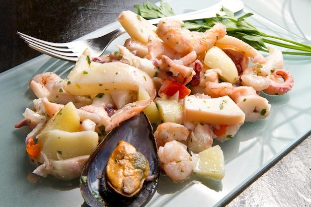 Delicioso prato com salada de frutos do mar