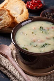 Delicioso prato da cozinha portuguesa chamado caldo verde. feito com batata, repolho, bacon e salsicha