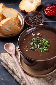 Delicioso prato da culinária brasileira chamado caldo de feijão. feito com feijão preto, bacon e linguiça.