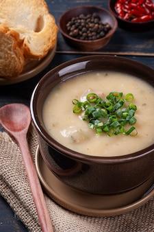 Delicioso prato da culinária brasileira chamado caldo de mandioca. feito com mandioca e carne