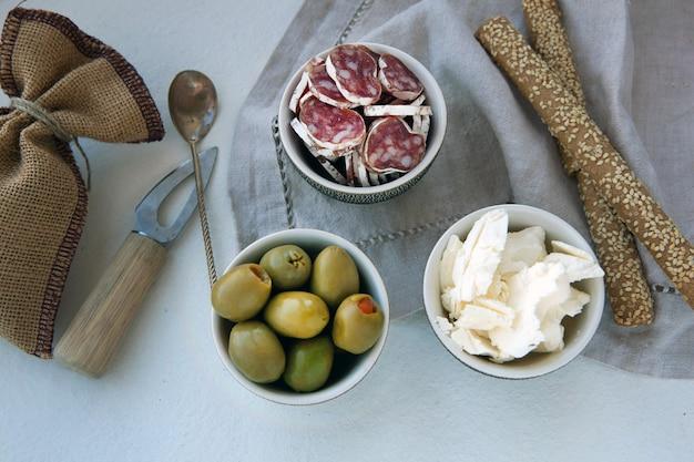 Delicioso prato de antepasto com diferentes carnes e queijos, queijo, azeitonas e presunto
