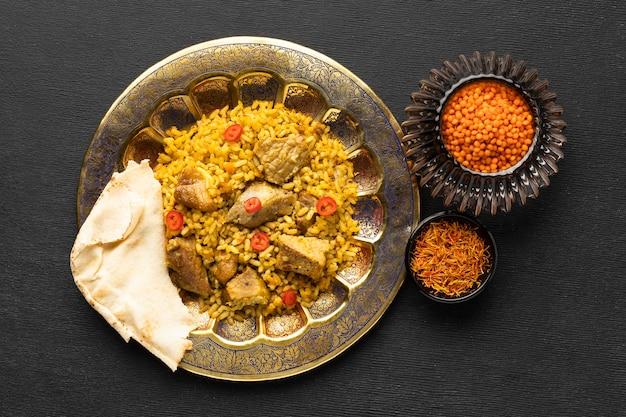 Delicioso prato de arroz indiano com vista superior