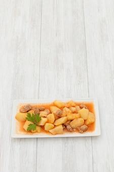 Delicioso prato de batatas cozidas com carne