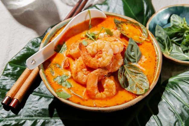Delicioso prato de camarão de ângulo alto