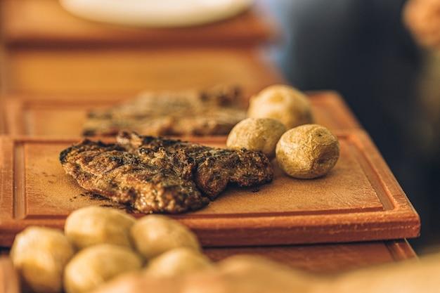 Delicioso prato de estaca com batatas pronto para ser servido no restaurante.