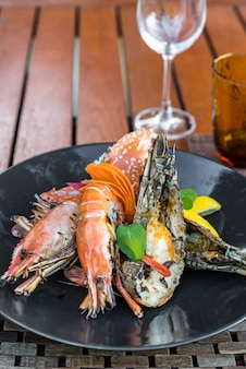 Delicioso prato de marisco grelhado