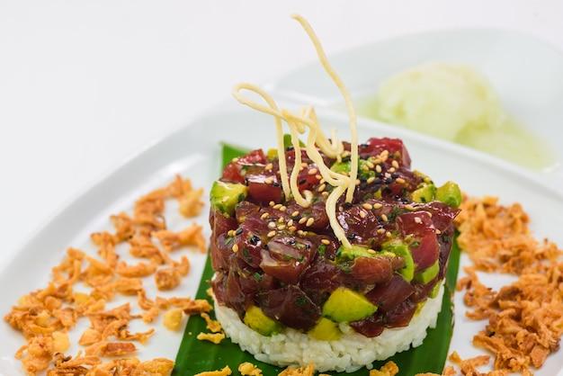 Delicioso prato japonês de arroz, atum e abacate