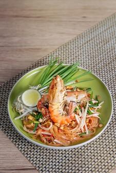 Delicioso prato tailandês com frutos do mar