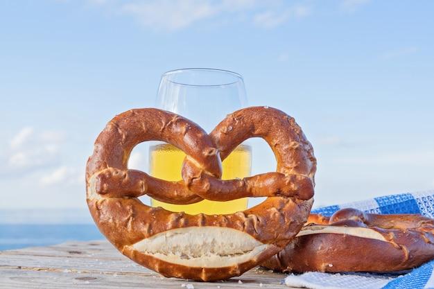 Delicioso pretzel com sal, comida alemã