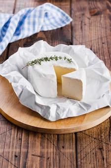 Delicioso queijo fatiado na placa de corte vista alta
