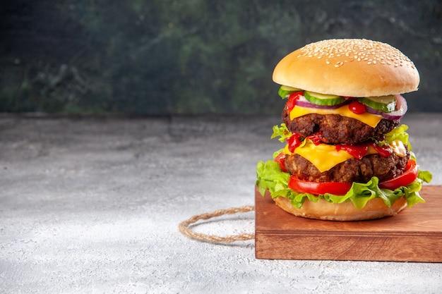 Delicioso sanduíche caseiro em uma placa de madeira amarrado com corda no lado esquerdo em uma superfície borrada com espaço livre