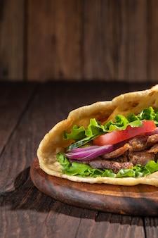 Delicioso sanduíche caseiro fresco com carne assada na brasa de frango