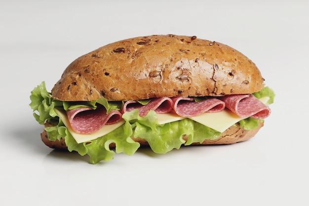 Delicioso sanduíche com alface