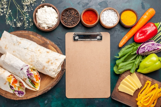 Delicioso sanduíche de carne feito de carne grelhada no espeto com temperos e vegetais no topo da mesa sanduíche hambúrguer carne comida refeição almoço