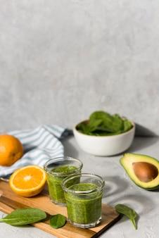 Delicioso smoothie com frutas e legumes