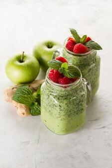 Delicioso smoothie com maçãs e gengibre