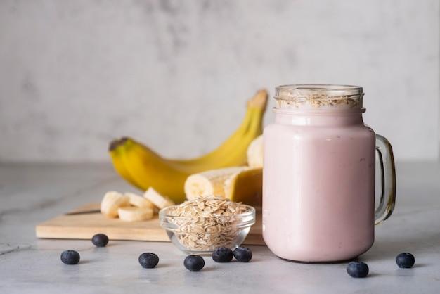 Delicioso smoothie de banana e mirtilo