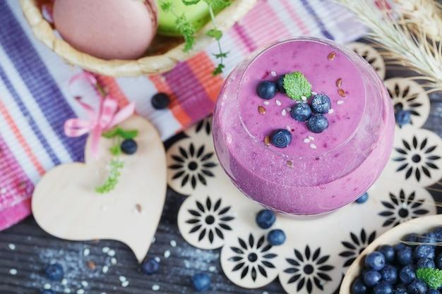 Delicioso smoothie de mirtilo, iogurte desintoxicante ou milkshake com frutas frescas
