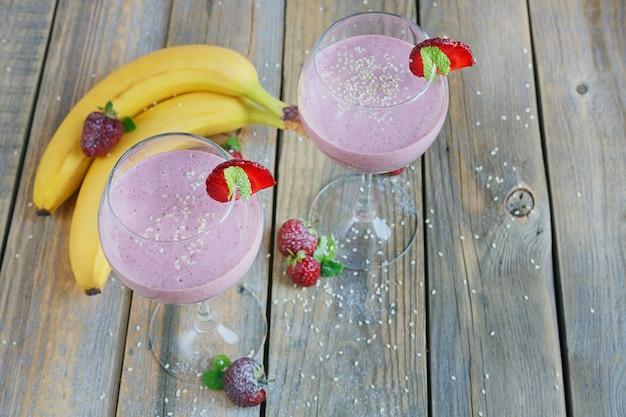 Delicioso smoothie de morango e banana, iogurte ou milk-shake com frutas frescas