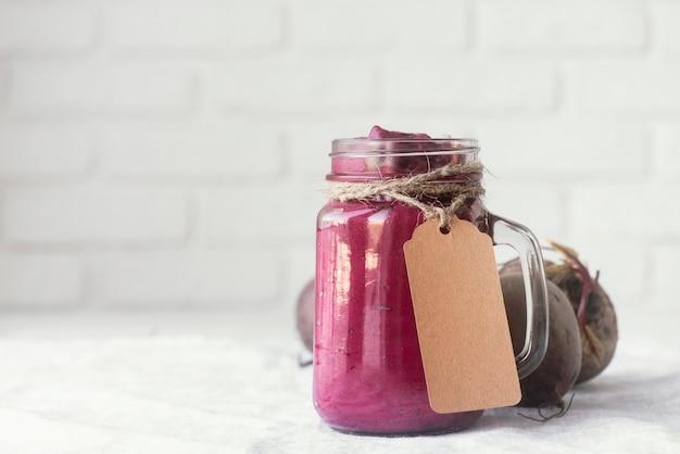 Delicioso smoothie roxo na caneca do frasco
