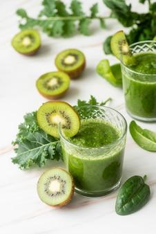 Delicioso smoothie verde kiwi de alto ângulo