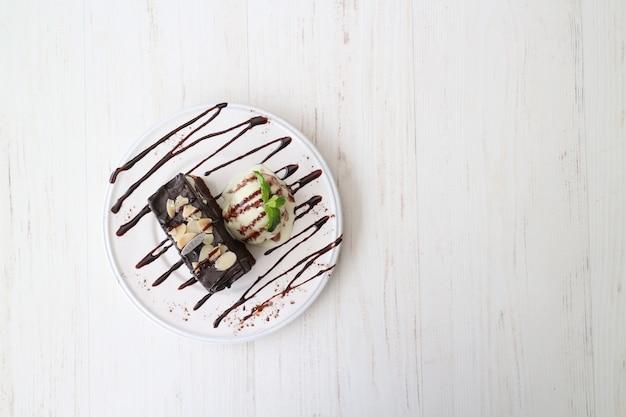 Delicioso sorvete branco e preto em uma mesa de madeira branca