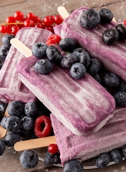 Delicioso sorvete com arranjo de frutas da floresta