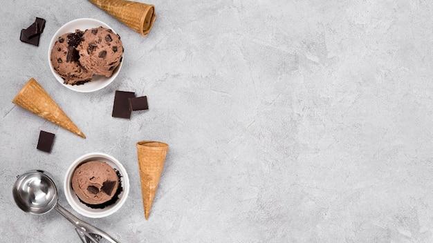 Delicioso sorvete de chocolate com espaço de cópia