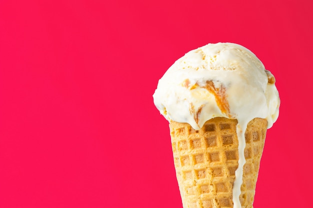 Delicioso sorvete derretendo no cone waffle