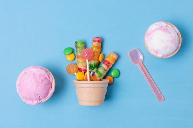 Delicioso sorvete e cesta de biscoitos com doces