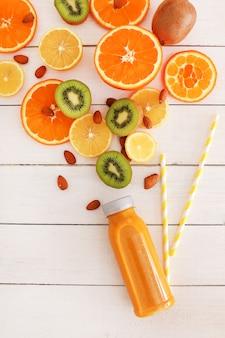 Delicioso suco de frutas feito de laranja e kiwi