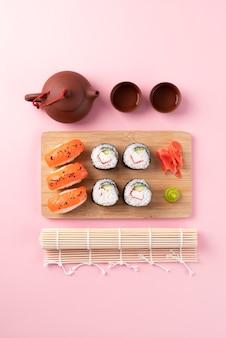 Delicioso sushi a bordo da vista superior