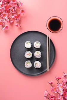 Delicioso sushi com molho de soja