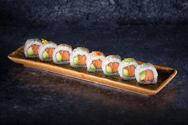 Delicioso sushi de salmão e abacate
